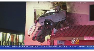 Αυτοκίνητο απογειώθηκε και καρφώθηκε σε κτίριο!