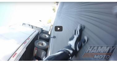 Απίστευτη τύχη! Μοτοσικλετιστής πέφτει και περνάει κάτω από νταλίκα!