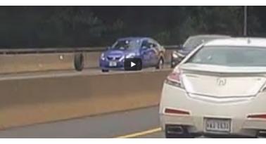 Ρόδα από Jeep φεύγει και χτυπάει ανυποψίαστο Nissan!