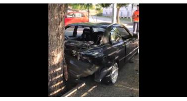 Πως τα κατάφερε; Σφήνωσε την BMW ανάμεσα σε δέντρο και πινακίδα!