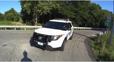 Αστυνομικός απασχολημένος με το κινητό, χτυπάει ποδηλάτη...