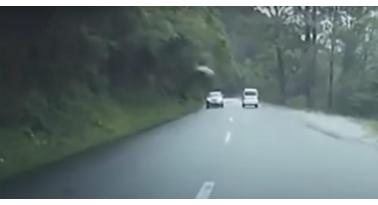 Δείτε την σοκαριστική στιγμή που τεράστιος βράχος πέφτει πάνω σε αυτοκίνητο!