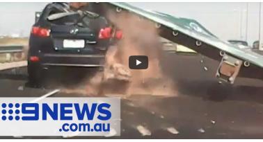 Πινακίδα έπεσε σε αυτοκίνητο! Ευτυχώς την γλίτωσε με ελαφρύ τραυματισμό